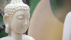 Αρχαίο άσπρο βουδιστικό άγαλμα - Βούδας απόθεμα βίντεο