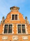 Αρχαίο αέτωμα σπιτιών τούβλου με τα διακοσμητικά παράθυρα Αρχιτεκτονική της Μπρυζ, Φλαμανδική περιοχή, Βέλγιο στοκ φωτογραφία