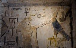 Αρχαίο αιγυπτιακό χρωματισμένο γλυπτό πετρών ανακούφισης Στοκ εικόνες με δικαίωμα ελεύθερης χρήσης