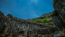 Αρχαίο αρχιτεκτονικό οχυρό Lohgad κοντά σε Pune, Ινδία στοκ φωτογραφία