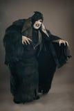 Αρχαίο βαμπίρ μεταλλάξεων φρίκης με τα μεγάλα τρομακτικά καρφιά Μεσαιωνικό φ στοκ φωτογραφίες