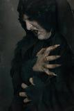 Αρχαίο βαμπίρ μεταλλάξεων φρίκης με τα μεγάλα τρομακτικά καρφιά Μεσαιωνικό φ στοκ φωτογραφία