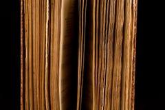 Αρχαίο βιβλίο που πυροβολείται στο μαύρο υπόβαθρο Στοκ Φωτογραφίες