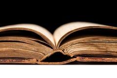 Αρχαίο βιβλίο που πυροβολείται στο μαύρο υπόβαθρο Στοκ φωτογραφία με δικαίωμα ελεύθερης χρήσης