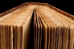 Αρχαίο βιβλίο που πυροβολείται στο μαύρο υπόβαθρο Στοκ Εικόνες