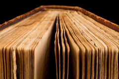 Αρχαίο βιβλίο που πυροβολείται στο μαύρο υπόβαθρο Στοκ φωτογραφίες με δικαίωμα ελεύθερης χρήσης
