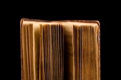 Αρχαίο βιβλίο που πυροβολείται στο μαύρο υπόβαθρο Στοκ Εικόνα