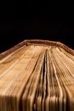 Αρχαίο βιβλίο που πυροβολείται στο μαύρο υπόβαθρο Στοκ εικόνα με δικαίωμα ελεύθερης χρήσης