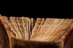 Αρχαίο βιβλίο που πυροβολείται στο μαύρο υπόβαθρο Στοκ Φωτογραφία
