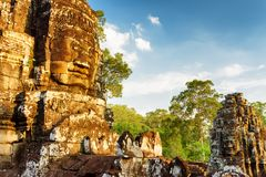 Αρχαίο γιγαντιαίο πρόσωπο πετρών Bayon σε Angkor Thom, Καμπότζη Στοκ Φωτογραφίες