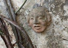 Αρχαίο γλυπτό προσώπου αργίλου στον τοίχο μιας διάβασης πεζών στο Masseria Torre Coccaro Στοκ Φωτογραφία