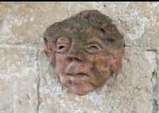 Αρχαίο γλυπτό προσώπου αργίλου στον τοίχο μιας διάβασης πεζών στο Masseria Torre Coccaro Στοκ φωτογραφίες με δικαίωμα ελεύθερης χρήσης