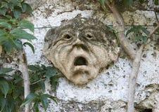 Αρχαίο γλυπτό προσώπου αργίλου στον τοίχο μιας διάβασης πεζών στο Masseria Torre Coccaro Στοκ Εικόνες