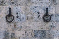 Αρχαίο δαχτυλίδι σιδήρου για να δέσει τα άλογα στον τοίχο πετρών Στοκ εικόνες με δικαίωμα ελεύθερης χρήσης