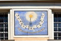 Αρχαίο ηλιακό ρολόι στην οικοδόμηση της πρόσοψης στοκ φωτογραφία