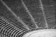 Αρχαίο θέατρο Epidaurus, δευτερεύων-άποψη της Αργολίδας, Ελλάδα στις σειρές σε B&W στοκ εικόνες