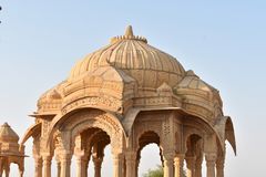 Αρχαίο κενοτάφιο με τους σύγχρονους ανεμόμυλους στο bada baag Jaisalmer Rajasthan Ινδία Στοκ Εικόνες