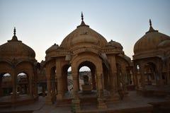Αρχαίο κενοτάφιο με τους σύγχρονους ανεμόμυλους στο bada baag Jaisalmer Rajasthan Ινδία Στοκ φωτογραφίες με δικαίωμα ελεύθερης χρήσης
