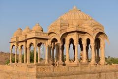 Αρχαίο κενοτάφιο με τους σύγχρονους ανεμόμυλους στο bada baag Jaisalmer Rajasthan Ινδία Στοκ Φωτογραφία