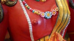 Αρχαίο κόκκινο βουδιστικό άγαλμα - Βούδας φιλμ μικρού μήκους