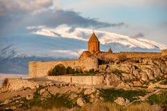 Αρχαίο μοναστήρι μπροστά από το βουνό Στοκ φωτογραφίες με δικαίωμα ελεύθερης χρήσης