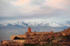 Αρχαίο μοναστήρι μπροστά από το βουνό Στοκ εικόνες με δικαίωμα ελεύθερης χρήσης