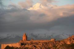 Αρχαίο μοναστήρι μπροστά από το βουνό Στοκ Εικόνες