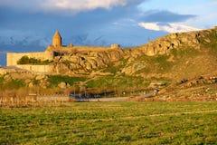 Αρχαίο μοναστήρι μπροστά από το βουνό Στοκ Εικόνα