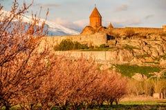 Αρχαίο μοναστήρι μπροστά από το βουνό Στοκ Φωτογραφία