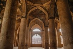 Αρχαίο μουσουλμανικό τέμενος με τις στήλες στο Ισφαχάν Ιράν στοκ εικόνα