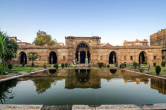 Αρχαίο μουσουλμανικό τέμενος κοντά σε Sidi Saiyad Masjid στο Ahmedabad Στοκ Εικόνες