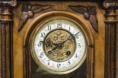 Αρχαίο μόνιμο ξύλινο ρολόι παππούδων Στοκ φωτογραφία με δικαίωμα ελεύθερης χρήσης