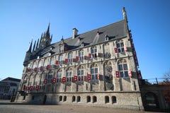 Αρχαίο να στηριχτεί Δημαρχείων του γκούντα πόλεων στις Κάτω Χώρες στο τετράγωνο αγοράς με το μπλε ουρανό Στοκ εικόνες με δικαίωμα ελεύθερης χρήσης