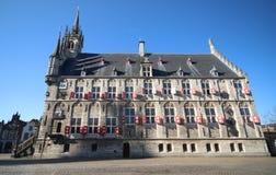 Αρχαίο να στηριχτεί Δημαρχείων του γκούντα πόλεων στις Κάτω Χώρες στο τετράγωνο αγοράς με το μπλε ουρανό Στοκ Εικόνες