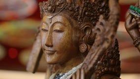 Αρχαίο ξύλινο βουδιστικό άγαλμα - Βούδας - κλίση - ναός φιλμ μικρού μήκους