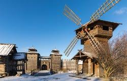 Αρχαίο ξύλινο φρούριο, ένας μύλος και καλύβες κούτσουρων Ρωσικό χωριό το χειμώνα Ρωσία Σούζνταλ Στοκ Εικόνα