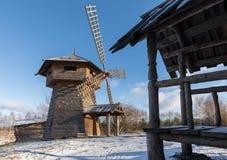 Αρχαίο ξύλινο φρούριο, ένας μύλος και καλύβες κούτσουρων Ρωσικό χωριό το χειμώνα Ρωσία Σούζνταλ Στοκ εικόνα με δικαίωμα ελεύθερης χρήσης