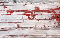 Αρχαίο ξύλο με το ραγισμένο χρώμα του κόκκινου χρώματος Στοκ Φωτογραφία