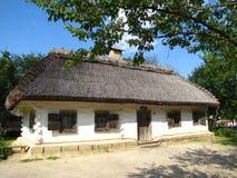 Αρχαίο ουκρανικό αγροτικό εξοχικό σπίτι με μια στέγη αχύρου Στοκ Φωτογραφίες