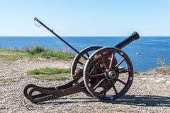 Αρχαίο πυροβόλο και μπλε θάλασσα και ουρανός Στοκ Φωτογραφίες