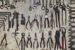 Αρχαίο ράφι των πενσών Στοκ Φωτογραφίες