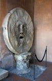 Αρχαίο ρωμαϊκό μαρμάρινο ανδρικό πρόσωπο το στόμα της αλήθειας Στοκ Φωτογραφία