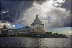Αρχαίο ρωσικό φρούριο Oreshek σε Shlisselburg κάτω από τα σύννεφα θύελλας στοκ φωτογραφίες με δικαίωμα ελεύθερης χρήσης