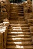 Αρχαίο σκαλοπάτι με τα στριμμένα βήματα σε μια ανασκαφή στοκ εικόνες
