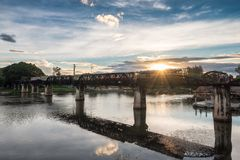 Αρχαίο τρέξιμο τραίνων στη γέφυρα στο ορόσημο Kwai ποταμών Kancha Στοκ Εικόνες