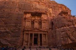 αρχαίο χαρασμένο Υπουργείο Οικονομικών βράχου PETRA της Ιορδανίας πόλεων έξω Στοκ Εικόνες