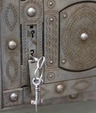 αρχαίο χρηματοκιβώτιο με τα διπλά κλειδιά κλειδαριών και σιδήρου στοκ εικόνα με δικαίωμα ελεύθερης χρήσης