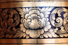 Αρχαίο χρυσό παράθυρο γλυπτικής ακόμα του ταϊλανδικού ναού Ταϊλάνδη Στοκ φωτογραφία με δικαίωμα ελεύθερης χρήσης