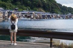 Αρχαίο χωριό ψαράδων μια νεφελώδη ημέρα σε Ine Boathouse του Κιότο, ΙΑΠΩΝΙΑ στοκ φωτογραφία