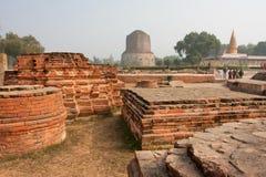 Αρχαίο archeological ορόσημο με τις καταστροφές της παλαιάς πόλης και του βουδιστικού stupa Dhamek Στοκ Φωτογραφία